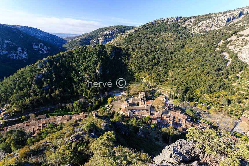 France, H&eacute;rault (34), Saint-Guilhem-le-D&eacute;sert, labellis&eacute; Les Plus Beaux Villages de France, vue depuis les ruines du ch&acirc;teau du G&eacute;ant // France, Herault, Saint Guilhem le Desert, labelled Les Plus Beaux Villages de France (The Most beautiful<br /> Villages of France)
