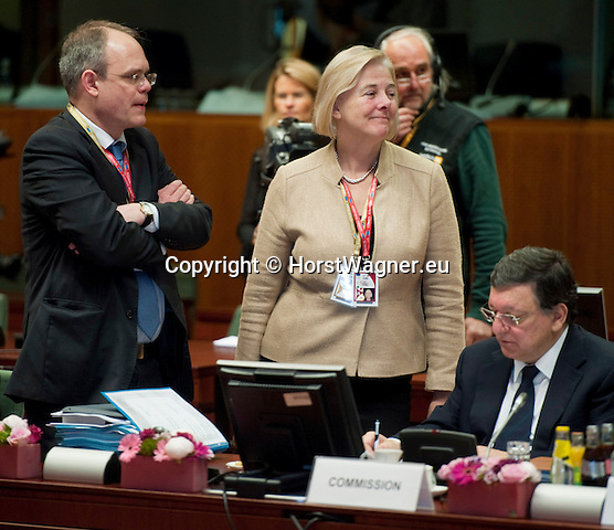 Brussels-Belgium - June 28, 2013 -- European Council, EU-summit, meeting of Heads of State / Government; here, José (Jose) Manuel BARROSO (ri), President of the European Commission, with Catherine DAY (ce), Secretary-General of the European Commission, and <br /> Johannes LAITENBERGER (le), Head of Barroso-Cabinet -- Photo: © HorstWagner.eu