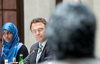 Berlin, Dienstag (07.05.13), Bundesinnenminister Hans-Peter Friedrich (CDU), spricht zu Beginn der letzten Sitzung der Deutschen Islamkonferenz (DIK) in dieser Legislaturperiode neben der Vertreterin der Jungen Islamkonferenz, Mahada Wayah. Foto: Michael Gottschalk/CommonLens