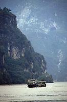 Yangtze-Fluss in der Provinz Hubei / China<br /> Die chinesische Regierung plant in der Provinz Hubei den Yangtze-Fluss mit einem Staudamm zur Stromgewinnung aufzustauen. Dabei werden ca. 3 Millionen Menschen umgesiedelt.<br /> Hier: Ein Frachter auf dem Yangtze-Fluss im &quot;Drei Schluchten-Nationalpark&quot;.<br /> 1992, Provinz Hubei / China<br /> Copyright: Christian-Ditsch.de<br /> [Inhaltsveraendernde Manipulation des Fotos nur nach ausdruecklicher Genehmigung des Fotografen. Vereinbarungen ueber Abtretung von Persoenlichkeitsrechten/Model Release der abgebildeten Person/Personen liegen nicht vor. NO MODEL RELEASE! Nur fuer Redaktionelle Zwecke. Don't publish without copyright Christian-Ditsch.de, Veroeffentlichung nur mit Fotografennennung, sowie gegen Honorar, MwSt. und Beleg. Konto: I N G - D i B a, IBAN DE58500105175400192269, BIC INGDDEFFXXX, Kontakt: post@christian-ditsch.de<br /> Urhebervermerk wird gemaess Paragraph 13 UHG verlangt.]