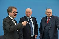 Pressekonferenz des Sachverstaendigenrates zur Begutachtung der gesamtwirtschaftlichen Entwicklung.<br /> Die Sachverstaendigen Prof. Dr. Christoph M. Schmidt (Vorsitzender des Sachverstaendigenrates), Prof. Dr. Dr. h.c. Lars P. Feld, Prof. Dr. Isabel Schnabel, Prof. Dr. Achim Truger und Prof. Volker Wieland, Ph.D. stellten am Dienstag den 19. Maerz 2019 in Berlin ihre Konjunkturprognose fuer die Jahre 2019 und 2020 vor.<br /> Im Bild vlnr.: Volker Wieland, Achim Truger und Christoph M. Schmidt.<br /> 19.3.2019, Berlin<br /> Copyright: Christian-Ditsch.de<br /> [Inhaltsveraendernde Manipulation des Fotos nur nach ausdruecklicher Genehmigung des Fotografen. Vereinbarungen ueber Abtretung von Persoenlichkeitsrechten/Model Release der abgebildeten Person/Personen liegen nicht vor. NO MODEL RELEASE! Nur fuer Redaktionelle Zwecke. Don't publish without copyright Christian-Ditsch.de, Veroeffentlichung nur mit Fotografennennung, sowie gegen Honorar, MwSt. und Beleg. Konto: I N G - D i B a, IBAN DE58500105175400192269, BIC INGDDEFFXXX, Kontakt: post@christian-ditsch.de<br /> Bei der Bearbeitung der Dateiinformationen darf die Urheberkennzeichnung in den EXIF- und  IPTC-Daten nicht entfernt werden, diese sind in digitalen Medien nach §95c UrhG rechtlich geschuetzt. Der Urhebervermerk wird gemaess §13 UrhG verlangt.]