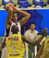 BUCARAMANGA - COLOMBIA: 29-10-2013: Jose Lopez (Der), jugador de  Bucaros de Bucaramanga, disputa el balón Leon Rodgers (Izq.) jugador de Guerreros de Bogota, durante partido, octubre 29 de 2013. Bucaros de Bucaramanga y Guerreros de Bogota, durante partido de la fecha 34 de la fase I de la Liga Directv Profesional de Baloncesto 2 en partido jugado en el Coliseo Vicente Diaz Romero. (Foto: VizzorImage / Duncan Bustamante / Str). Jose Lopez (R), player of Bucaros from Bucaramanga, vies for the ball with Leon Rodgers (L) player of Guerreros from Bogota, during a match, October 29, 2013. Bukaros from Bucaramanga and Guerreros from Bogota during a match for the 34 date of the Fase II of the League of Professional Directv Basketball 2 game at the Vicente Diaz Romero Coliseum. (Photo: VizzorImage / Duncan Bustamante / Str)
