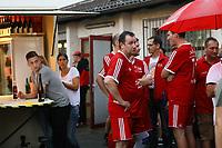 Büttelborn 25.08.2017: SKV Old Boys vs. Eintracht Frankfurt Traditionsmannschaft<br /> SKV Old Boys während der Unterbrechung am Bierstand<br /> Foto: Vollformat/Marc Schüler, Schäfergasse 5, 65428 R'heim, Fon 0151/11654988, Bankverbindung KSKGG BLZ. 50852553 , KTO. 16003352. Alle Honorare zzgl. 7% MwSt.