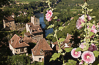 Europe/France/Midi-Pyrénées/46/Lot/Saint-Cirq-Lapopie: les maisons du village et la vallée du Lot - Les Plus Beaux Villages de France