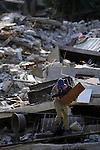 Terremoto en Haiti.  Habitantes de Puerto Principe trabajan en las ruinas de sus casas o buscan cualquier cosa que puedan recuperar..After quake in Haiti, the population affected suffer the consecuences of the disaster