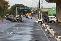 SAO PAULO, SP, 01-06-2014, ACIDENTE VEICULO ROUBADO. Um veiculo capotou na Av Pres. Tancredo Neves altura do numero 2.400 no bairro do Ipiranga. Segundo o policiamento no local, o veiculo é produto de  roubo e não se tem informações dos ocupantes.         Luiz Guarnieri/ Brazil Photo Press.