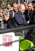 Anniversario omicidio del giornalista Giancarlo Siani trucidato dalla Camorra nel 1985<br /> nella foto Roberto Saviano sale a bordo dell'auto