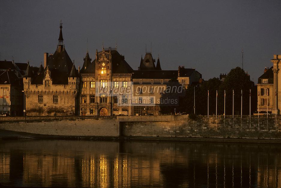 Europe/France/Pays de la Loire/Maine-et-Loire/Saumur : L'hôtel de ville et La Loire