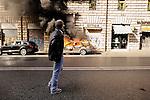 """2011-10-15, Roma..Il corteo della manifestazione """"UNITED FOR GLOBAL CHANGE"""" svoltosi a Roma con la partecipazione degli indignati e promossa da centinaia di associazioni. La manifestazione ha percorso il tratto da Piazza della Repubblica a Piazza San Giovanni ma è sfociata in scontri durissimi con le FF.OO. dopo che la frangia violenta è stata in grado di prendere il sopravvento sui manifestanti pacifici all'altezza di via Labicana. La prima auto incendiata in via Cavour."""