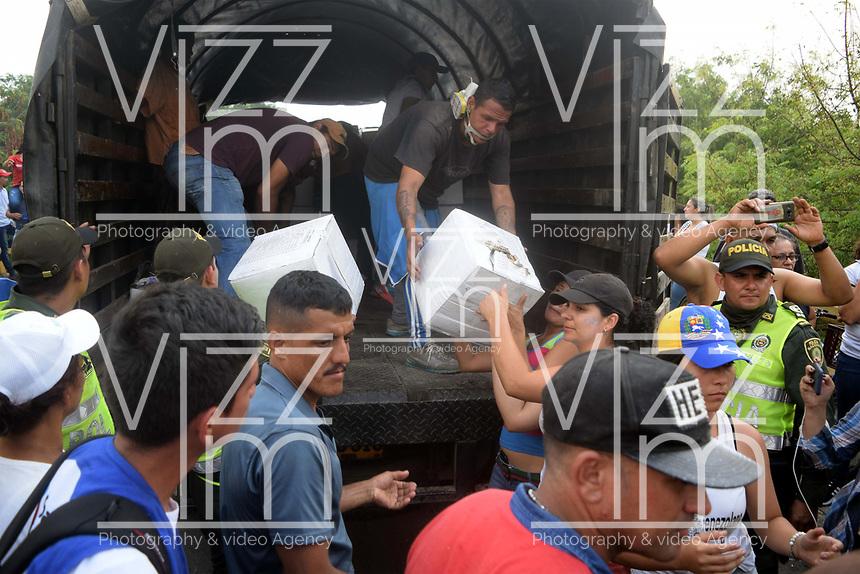 CÚCUTA - COLOMBIA, 23-02-2019: Voluntarios ayudan a descargar los camiones incinerados, durante el intento de ingreso de ayuda humanitaria a Venezuela, en el Puente Francisco de Paula Santander, en la frontera Colombo Venezolana, en la ciudad de Cúcuta. El gobierno de Nicolás Maduro ha cerrado todos los puntos de la frontera con Colombia. / Volunteers help to unload the incinerated trucks, during the attempt of entrance of humanitarian aid to Venezuela, in the Francisco Bridge of Paula Santander, in the Colombo Venezuelan border, in the city of Cúcuta. The government of Nicolás Maduro has closed all the points of the border with Colombia./ Photo: VizzorImage / Manuel Hernández / Cont.