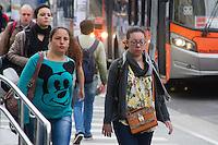 SÃO PAULO, SP, 18.05.2015 - CLIMA-SP - Pedestres enfrentam o frio na manha desta segunda-feira, 18 na Avenida Vital Brasil na região oeste da cidade de São Paulo. (Foto: Kevin David / Brazil Photo Press)