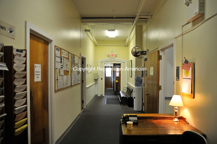 TORRINGTON, CT - 29 MAY 2014 -- This hallway at Litchfield Superior Court is often so packed with lawyers and clients it is difficult to walk through.  Alec Johnson/ Republican-American