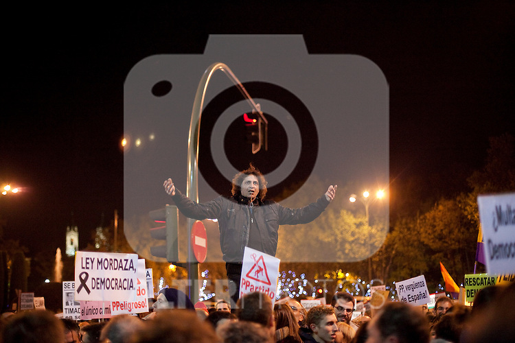 Protesters during a demonstration against the government outside parliament in Madrid. December 14, 2013. (ALTERPHOTOS/Victor Blanco)