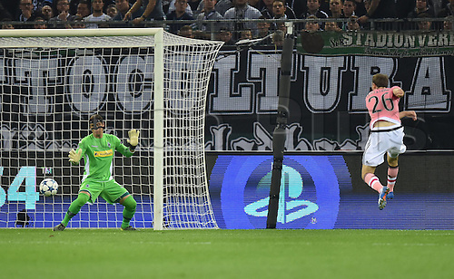 03.11.2015. Moenchengladbach, Germany, UEFA Champions League football group stages. Borussia Moenchangladbach versus Juventus.   Stephan Lichtsteiner Juventus right scores against Goalkeeper Yann Summer Borussia Moenchengladbach for 1-1