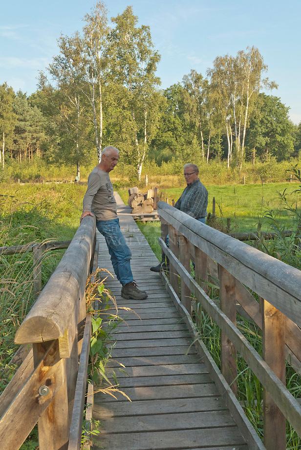Regte hei, vrijwillige timmerlieden Hans en Ton op de door hun gefabriceede brug