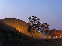 Grabh&uuml;gel im Noseodong--Park, Gyeongju, Provinz Gyeongsangbuk-do, S&uuml;dkorea, Asien, UNESCO-Weltkulturbe<br /> burial mound in Noseodong park, Gyeongju,  province Gyeongsangbuk-do, South Korea, Asia, UNESCO world-heritage
