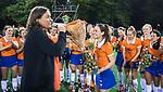 BLOEMENDAAL  - Hockey -  finale KNHB Gold Cup dames, Bloemendaal-HDM . Bloemendaal wint na shoot outs. Zien Tol  wordt toegesproken door Bloemendaal voorzitter Els van Mierlo.  COPYRIGHT KOEN SUYK