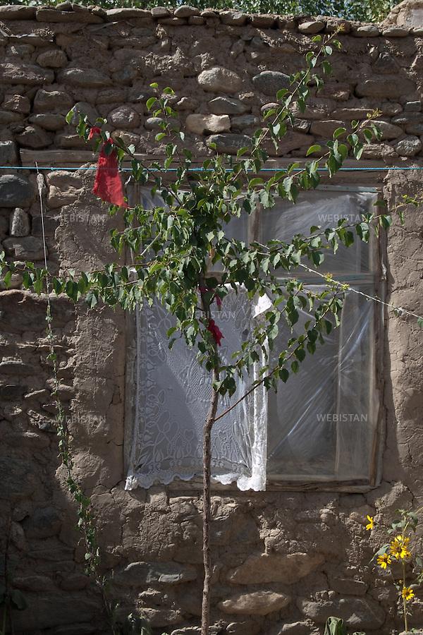 AFGHANISTAN - VALLEE DU PANJSHIR - POSHGHOUR - 15 aout 2009 : la cour d'une maison dans le village de Poshghour. <br /> <br /> AFGHANISTAN - PANJSHIR VALLEY - POSHGHOUR - August 15th, 2009 : Garden of a home in the village of Poshghour.