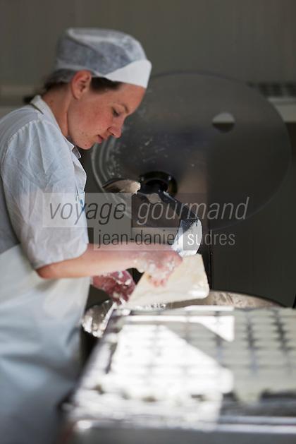 Europe/Europe/France/Midi-Pyrénées/46/Lot/Loubressac: Ferme Cazal-SARL Les Alpines - Production du Rocamadour AOC Fermier  -  Moulage des Fromages  - Auto N°: 2010-103