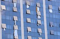 RIO DE JANEIRO, RJ, 28 DE JULHO DE 2013 -JMJ RIO 2013-MISSA DO ENVIO COM O PAPA FRANCISCO- Moradores e hóspedes de um hotel acenam e estendem lençóis brancos durante a missa do envio celebrada por Papa Francisco  em Copacabana, zona sul do Rio de Janeiro.FOTO:MARCELO FONSECA/BRAZIL PHOTO PRESS