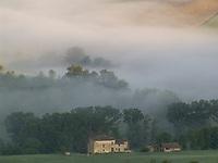 ITA, Italien, Marken, Landschaft bei Camerino im Morgennebel | ITA, Italy, Marche, landscape near Camerino