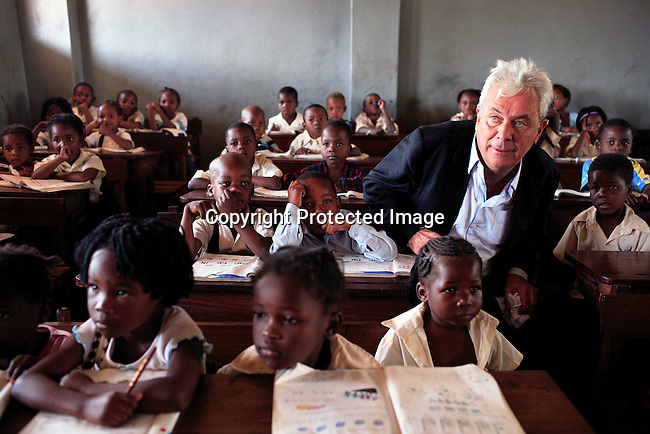 """Peter Kraemer with students in a primary school called """"12 Outubro"""" during a visit on June 15, 2006 in Maputo, Mozambique..Photo: Per-Anders Pettersson/Agentur Focus."""
