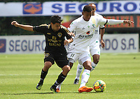 BOGOTA -COLOMBIA. 1-03-2014.  Andres Uhia (Izq)  de Fortaleza F.C. disputa el balon contra Freddy Hinestroza  de La Equidad partido por la novena  fecha de La liga Postobon 1 disputado en el estadio Metropolitano de Techo . /   Andres Uhia  (L) of Fortaleza F.C.  fights the ball  against  Freddy Hinestroza of La Equidad  of  nine round during the match  of The Postobon one league  at the Metropolitano of Techo Stadium . Photo: VizzorImage/ Felipe Caicedo / Staff