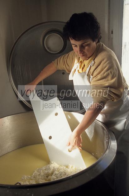 Europe/France/Auverne/63/Puy-de-Dôme/Chambon-sur-Lac: Mme Fournier prépare le Saint-Nectaire fermier