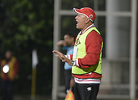 BOGOTÁ -COLOMBIA, 20-01-2015. Alberto Suarez técnico del Cúcuta Deportivo gesticula durante partido con Deportes Quindio por la fecha 3 de los cuadrangulares de ascenso Liga Aguila 2015 jugado en el estadio Metropolitano de Techo de la ciudad de Bogotá./ Alberto Suarez coach of Cucuta Deportivo gestures during match against Deportes Quindio for the third date of the promotional quadrangular Aguila League 2015 played at Metropolitano de Techo stadium in Bogotá city. Photo: VizzorImage/ Gabriel Aponte / Staff