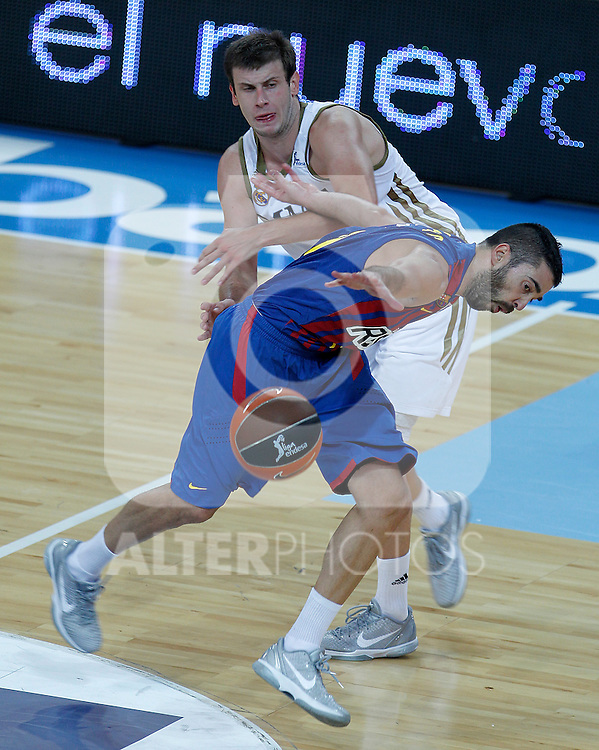 FC Barcelona Regal's Juan Carlos Navarro (r) and Real Madrid's Novica Velickovic during Supercopa ACB Semifinal match.September 30,2011. (ALTERPHOTOS/Acero)