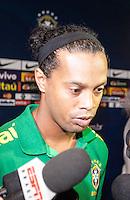 BELO HORIZONTE, MG, 23 DE ABRIL, 2013 -  AMISTOSO BRASIL X CHILE - Jogador Ronaldinho Gaucho durante chegada a zona mista antes do treino da Selecao brasileira no Estadio do Minerão na tarde desta terça-feira, 23. FOTO: WILLIAM VOLCOV - BRAZIL PHOTO PRESS