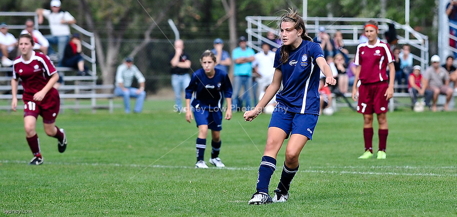 Victorian under 14 girls team versus Queensland on Day 3 of the 2009 National Junior Championships, Canberra for U13 boys and U14 girls soccer players. 13 April 2009. Photo Sydney Low. All rights reserved.