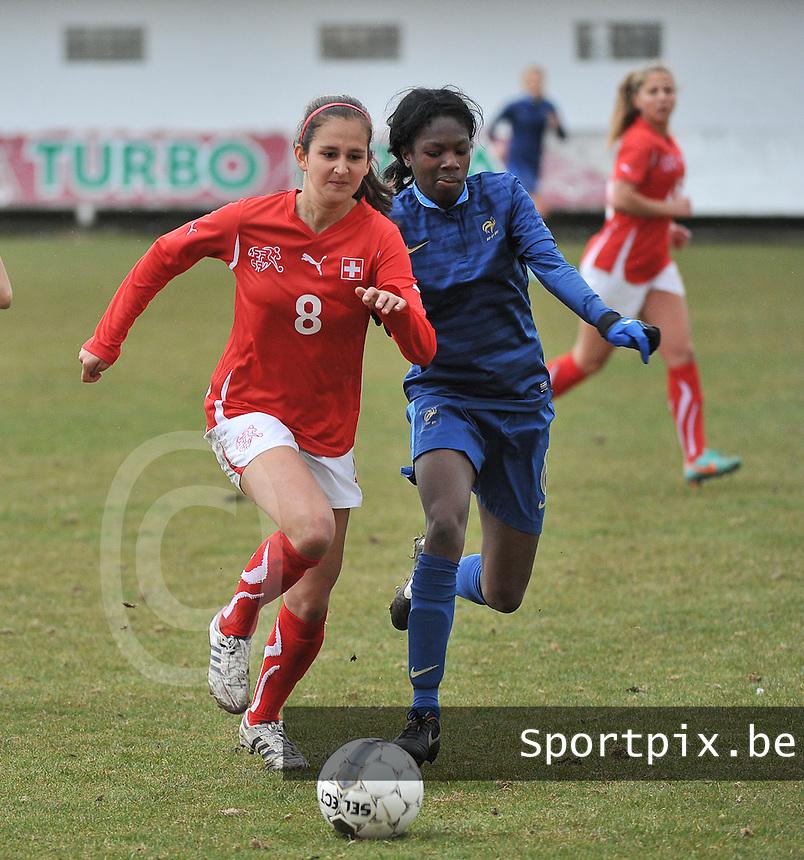 Switzerland U19 - France U19 : duel tussen Aline Stöckli en Aminata Diallo (rechts).foto DAVID CATRY / Nikonpro.be