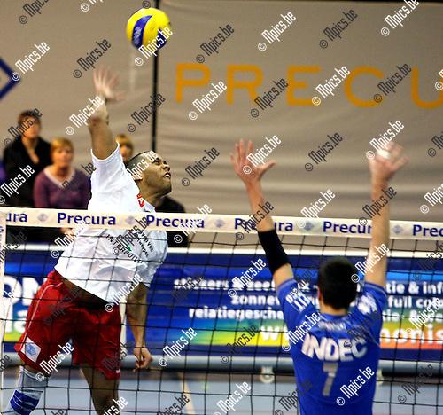 2010-01-16 / Volleybal / seizoen 2009-2010 / Antwerpen - Halen / Tony Krolis (Antwerpen) haalt uit..Foto: mpics
