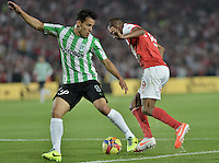 BOGOTÁ -COLOMBIA, 07-05-2014. Jonathan Copete (Der) de Independiente Santa Fe disputa el balón con Diego Alejandro Arias (Izq) del Atlético Nacional durante partido de ida por las semifinales de la Liga Postobón  I 2014 jugado en el estadio Nemesio Camacho el Campín de la ciudad de Bogotá./ Independiente Santa Fe player Jonathan Copete (R) fights for the ball with Atletico Nacional player Diego Alejandro Arias (L) during first leg match for the semifinals of the Postobon League I 2014 played at Nemesio Camacho El Campin stadium in Bogotá city. Photo: VizzorImage/ Gabriel Aponte / Staff