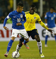 SANTIAGO DE CHILE- CHILE - 17-04-2015: Cristian Zapata (Der.) jugador de Colombia, disputa el balón con Neymar (Izq.) jugador de Brasil durante partido Colombia y Brasil, por la fase de grupos, Grupo C, de la Copa America Chile 2015, en el estadio Monumental en la Ciudad de Santiago de Chile. / Cristian Zapata (R) player of Colombia, vies for the ball with Neymar (L) player of Brasil, during a match between Colombia and Brasil for the group phase, Group C, of the Copa America Chile 2015, in the Monumental stadium in Santiago de Chile city. Photos: VizzorImage /  Photosport / Andres Piña / Cont.