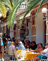 Spanien, Balearen, Ibiza (Eivissa), Santa Eularia d'Es Riu: Straßencafe an der Plaza de Espana | Spain, Balearic Islands, Ibiza (Eivissa), Santa Eularia d'Es Riu: cafe at Plaza de Espana