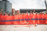 """Ca. 200 Menschen versammelten sich am Samstag den 4. August 2018 in Berlin auf dem Potsdamer Platz zu einem Flashmob unter dem Motto """"Seenotrettung ist kein Verbrechen"""". Sie protestierten damit gegen die Abschottungspolitik Europas und das defacto Verbot der zivilen Seenotrettung im Mittelmeer. Aufgrund dieses Verbots sind binnen 6 Wochen ueber 700 Menschen bei ihrer Flucht ueber das Mittelmeer nach Europa ertrunken.<br /> 4.8.2018, Berlin<br /> Copyright: Christian-Ditsch.de<br /> [Inhaltsveraendernde Manipulation des Fotos nur nach ausdruecklicher Genehmigung des Fotografen. Vereinbarungen ueber Abtretung von Persoenlichkeitsrechten/Model Release der abgebildeten Person/Personen liegen nicht vor. NO MODEL RELEASE! Nur fuer Redaktionelle Zwecke. Don't publish without copyright Christian-Ditsch.de, Veroeffentlichung nur mit Fotografennennung, sowie gegen Honorar, MwSt. und Beleg. Konto: I N G - D i B a, IBAN DE58500105175400192269, BIC INGDDEFFXXX, Kontakt: post@christian-ditsch.de<br /> Bei der Bearbeitung der Dateiinformationen darf die Urheberkennzeichnung in den EXIF- und  IPTC-Daten nicht entfernt werden, diese sind in digitalen Medien nach §95c UrhG rechtlich geschuetzt. Der Urhebervermerk wird gemaess §13 UrhG verlangt.]"""