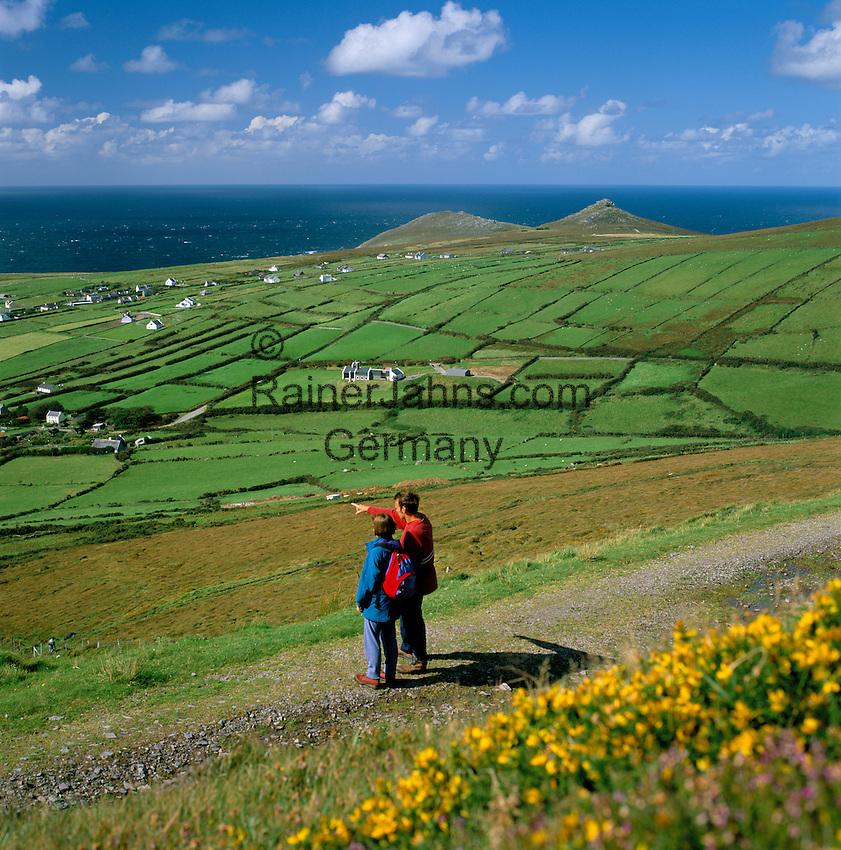 Ireland, County Kerry, The Dingle Peninsula: Hikers at Blasket Sound   Irland, County Kerry, Dingle Halbinsel, Wanderer am Blasket Sound
