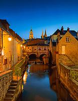 Frankreich, Normandie, Département Calvados, Bayeux: Altstadt mit Muehle und der Notre-Dame Kathedrale von Bayeux am Abend | France, Normandy, Département Calvados, Bayeux: Old Town, Mill and Cathedral Notre-Dame at Night