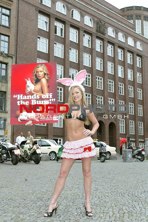 Das australische Supermodel Imogen Bailey enthuellt im Bunny-Outfit ihre Anzeige &quot;Hands off the Buns!&quot; gegen Pelz in Hamburg am Gaensemarkt.<br /> <br /> <br /> <br /> Foto &copy; nordphoto / Anja Heinemann<br /> <br />  *** Local Caption *** Foto ist honorarpflichtig! zzgl. gesetzl. MwSt.<br />  Belegexemplar erforderlich<br /> Adresse: nordphoto<br /> Georg-Reinke-Strasse 1<br /> 49377 Vechta
