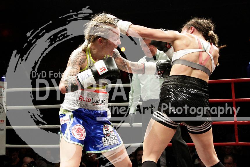 Eva Voraberger und Nina Radovanovic beim WBC WM-Boxkampf im Bantamgewicht in der Arena Nova. Wiener Neustadt, 07.04.2018