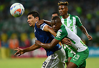 MEDELLÍN - COLOMBIA, 07-02-2018: Helibelton Palacios (Der) jugador de Atlético Nacional disputa el balón con Roberto Ovelar (Izq) jugador de Millonarios durante partido de vuelta de la SuperLiga Águila 2018 jugado en el estadio Atanasio Girardot de la ciudad de Medellín. / Helibelton Palacios (R) player of Atletico Nacional  fights for the ball with Roberto Ovelar (L) player of Millonarios during second leg match for the final of the SuperLiga Aguila 2018 at Atanasio Girardot stadium in Medellin city. Photo: VizzorImage/ León Monsalve /Cont