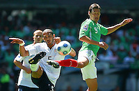 SOCCER/FUTBOL.ELIMINATORIAS CONCACAF 2010.MEXICO VS ESTADOS UNIDOS.CLASICO DE CONCACAF.Action photo of Guillermo Franco (R) of Mexico and Oguchi Onyewu of USA, during World  Cup 2010 qualifier game against USA at the Azteca Stadium./Foto de accion de Guillermo Fraco (D) de Mexico y Oguchi Onyewu de USA durante juego eliminatorio de Copa del Mundo 2010 en el Estadio Azteca. 12 August 2009. MEXSPORT/OSVALDO AGUILAR