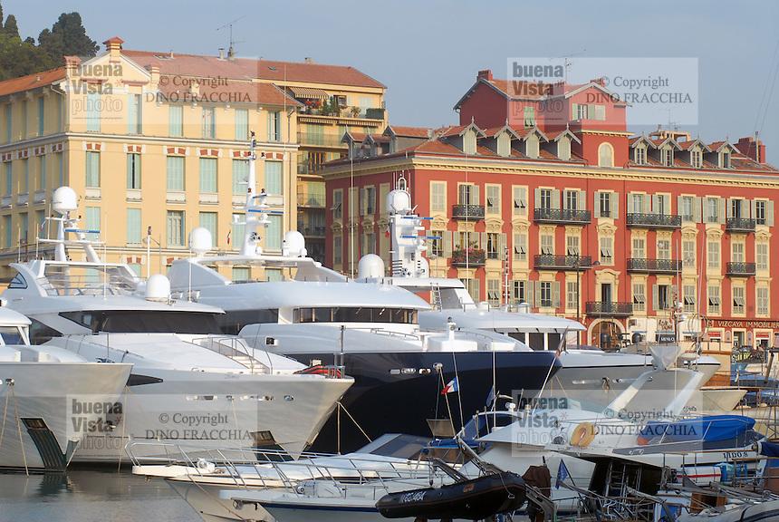 - the tourist harbor of Nice....- il porto turistico di Nizza..