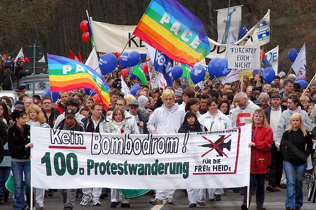 Ostermarsch gegen Bombodrom<br /> Mehr als 10.000 demonstrierten nach Veranstalterangaben am Ostersonntag den 16. Maerz 2006 im brandenburgischen Fretzdorf gegen das von der Bundeswehr geplante Bombodrom. Aufgerufen zu der Demonstration unter dem Motto &quot;Kein Bombodrom - 100. Protestmarsch&quot; hatte unter anderem die Buergerinitiative &quot;Freie Heide&quot;.<br /> Das bei Wittstock geplante Bombenabwurfgelaende wurde in der DDR von der Roten Armee bereits fuer Bombenabwuerfe genutzt und soll nach Willen der Bevoelkerung zukuenftig fuer touristische Zwecke genutzt werden.<br /> 16.4.2006, Fretzdorf/Brandenburg<br /> Copyright: Christian-Ditsch.de<br /> [Inhaltsveraendernde Manipulation des Fotos nur nach ausdruecklicher Genehmigung des Fotografen. Vereinbarungen ueber Abtretung von Persoenlichkeitsrechten/Model Release der abgebildeten Person/Personen liegen nicht vor. NO MODEL RELEASE! Nur fuer Redaktionelle Zwecke. Don't publish without copyright Christian-Ditsch.de, Veroeffentlichung nur mit Fotografennennung, sowie gegen Honorar, MwSt. und Beleg. Konto: I N G - D i B a, IBAN DE58500105175400192269, BIC INGDDEFFXXX, Kontakt: post@christian-ditsch.de<br /> Bei der Bearbeitung der Dateiinformationen darf die Urheberkennzeichnung in den EXIF- und  IPTC-Daten nicht entfernt werden, diese sind in digitalen Medien nach &sect;95c UrhG rechtlich geschuetzt. Der Urhebervermerk wird gemaess &sect;13 UrhG verlangt.]
