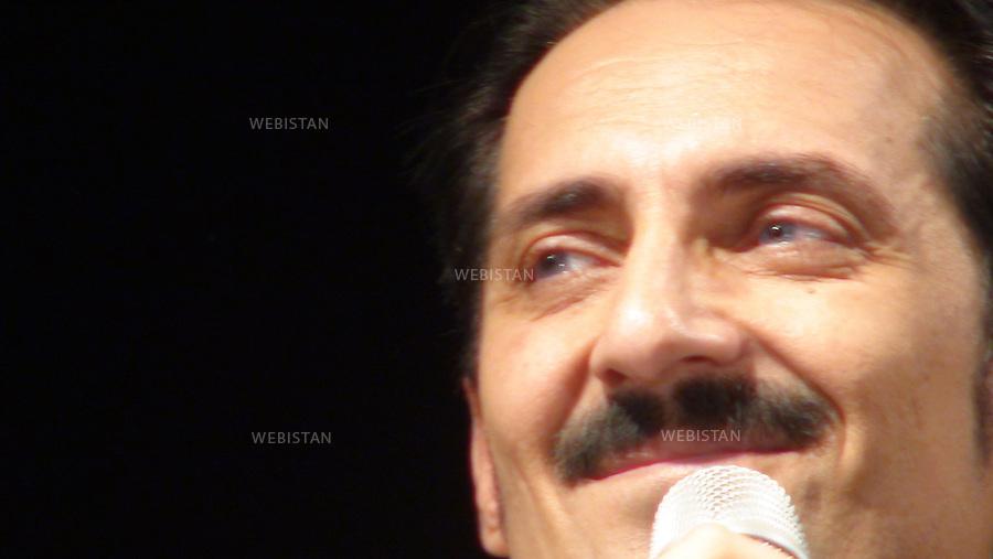 AFGHANISTAN - MAZAR-E CHARIF - 7 aout 2009 : Concert gratuit du chanteur afghano-americain, Farhad Darya, dans le stade de Mazar-e Charif. .Portrait de Farhad Darya...AFGHANISTAN - MAZAR-E CHARIF - August 7th, 2009 : Afghan-American singer Farhad Darya's free concert at the Mazar-e Charif stadium. .Portrait of Farhad Darya.