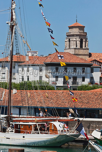 Europe/France/Aquitaine/64/Pyrénées-Atlantiques/Pays-Basque/Saint-Jean-de-Luz: Le Port de Pêche , la Maison Louis XIV et et  l'église Saint-Jean-Baptiste