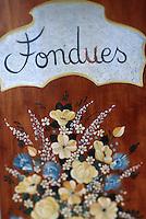 """Europe/France/Rhône-Alpes/73/Savoie/Vallée de Belleville/les Menuires: Détail Enseigne du restaurant """"La Marmite de Géants"""" Plats du terroir Fondue"""