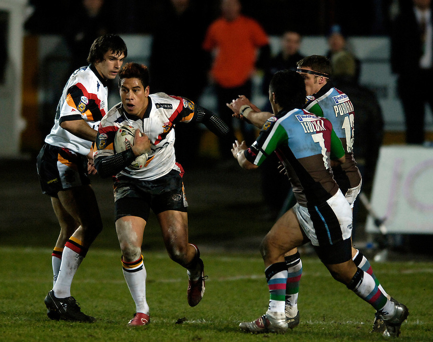 Photo: Jed Wee..Bradford Bulls v Harlequins RL. Engage Super League. 18/02/2006..Bradford's Shontayne Hape breaks from the Quins defence.